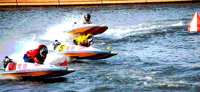 レースを走る競艇選手