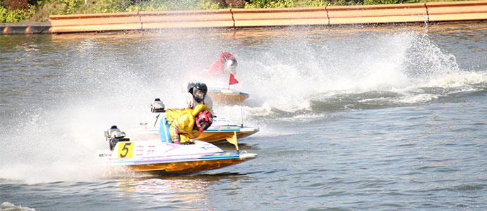 コーナーで競う競艇のレース