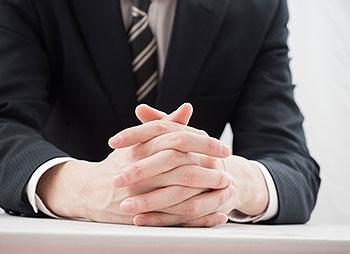 詐欺の実体験のインタビューを受ける男性