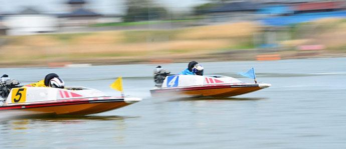 競艇のレースで競う合う選手たち