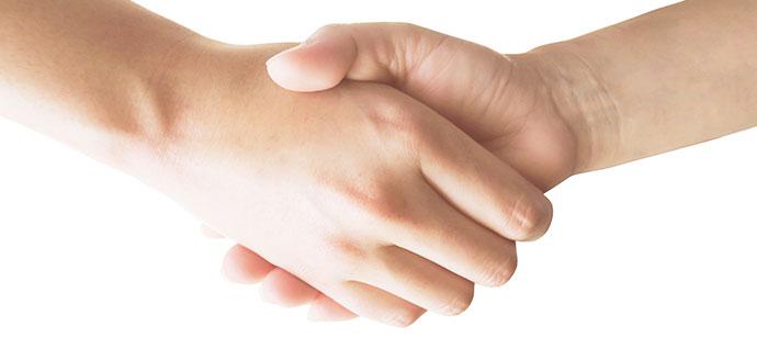握手をする師弟