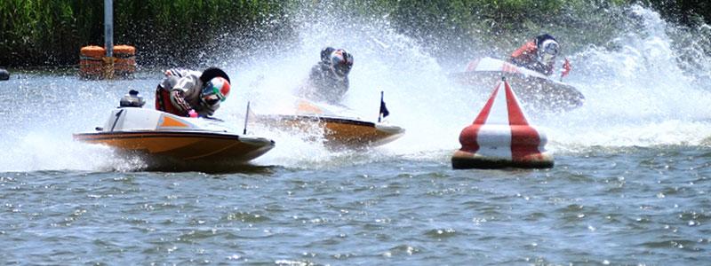 競艇のレース風景