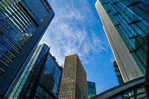 多くの会社が入っている高層ビル