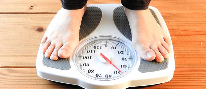 体重計に乗る男性の脚